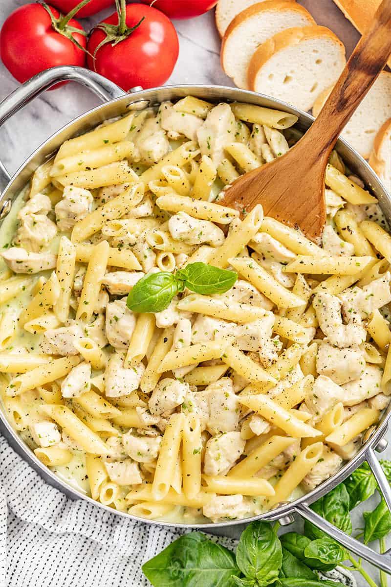 Bovenaanzicht van een roestvrijstalen pot gevuld met pasta van kippenpesto.